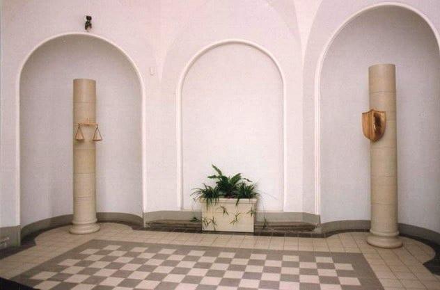 Tallinna Halduskohtu fuajee 1994 dolomiit, pronks - Pärnu mnt.7, Tallinn, Eesti  <br/>Lobby of a Courthouse 1994 bronze, dolomite - Pärnu mnt.7, Tallinn, Estonia