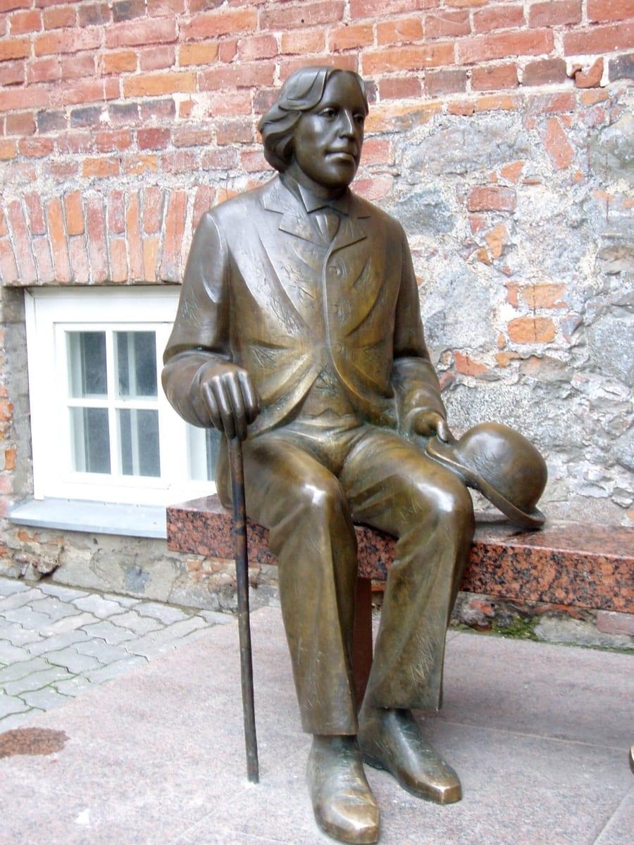 OSCAR WILDE (KAHE WILDE KUJU) 1999 pronks, graniit - Tartu, Eesti  <br/>OSCAR WILDE (THE TWO WILDES ´ SCULPTURE) 1999 bronze, granit - Tartu, Estonia
