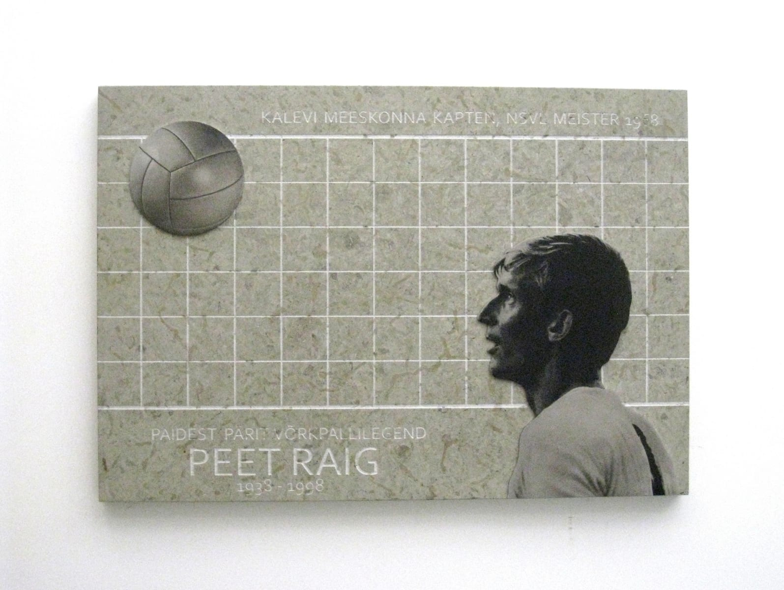 MÄLESTUSTAHVEL võrkpallur PEET RAIG´ile 2013 paekivi, lasergraveering roostevabal terasel 80 x 115 cm - Paide, Eesti <br/> A memorial tablet to a volleball player PEER RAIG 2013 limestone, lazer engraving on stainless steel 80 x 115 cm - Paide, Estonia